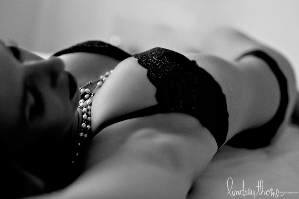 06_austin-boudoir-photographer_lindsey-thorne_blue-lace-boudoir_blonde_black-and-white-boudoir