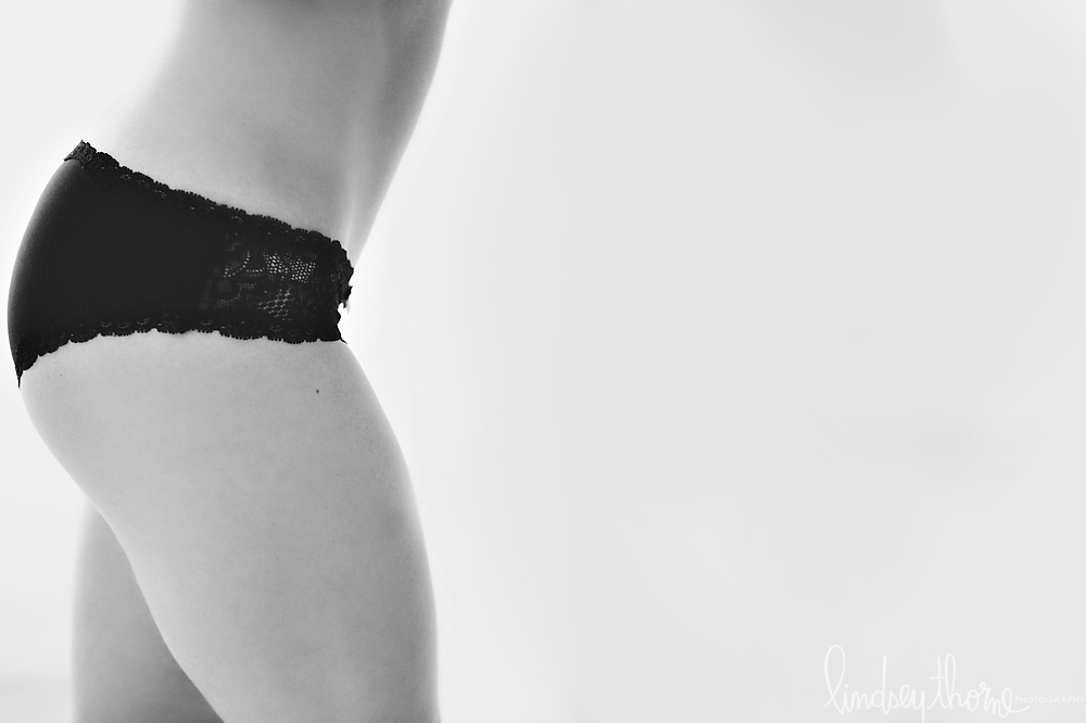 10_austin-boudoir-photographer_lindsey-thorne_blue-lace-boudoir_blonde_black-lace